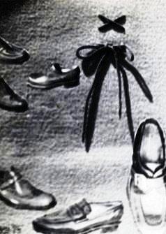 Scarpe con laccio legato a fiocco- collage su moquette 1975.JPG